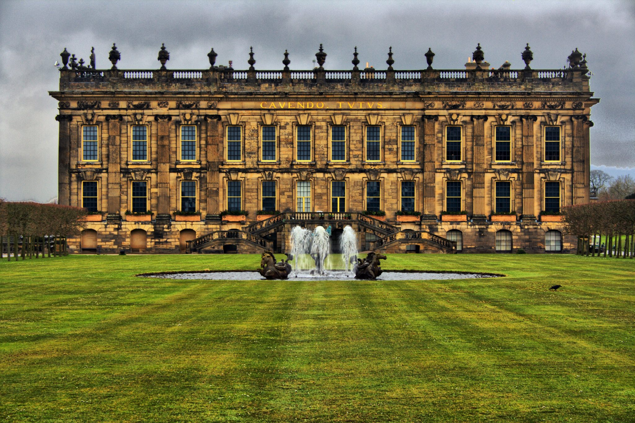 chatsworth-house-fountain-grass-lawn